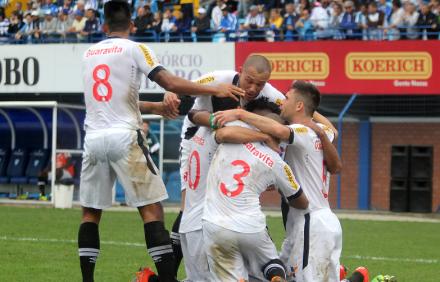 Jogadores celebram o gol único na Ressacada - Site Oficial do Vasco (www.vasco.com.br)